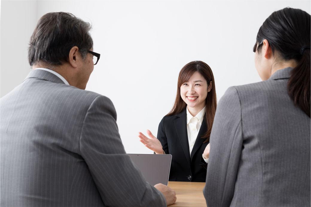 chica japonesa durante una entrevista en Japón después de escribir un currículum en japonés