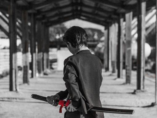 miembro de la yakuza japonesa con katana