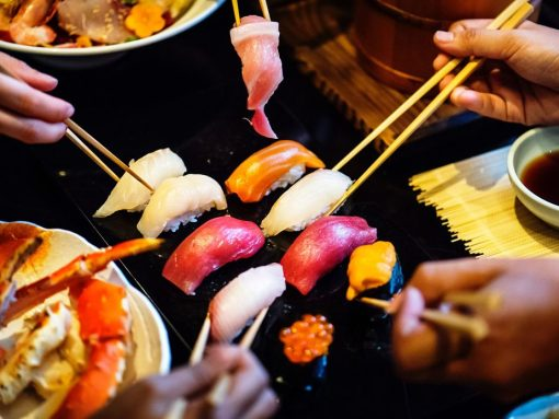 El corte del pescado para sushi