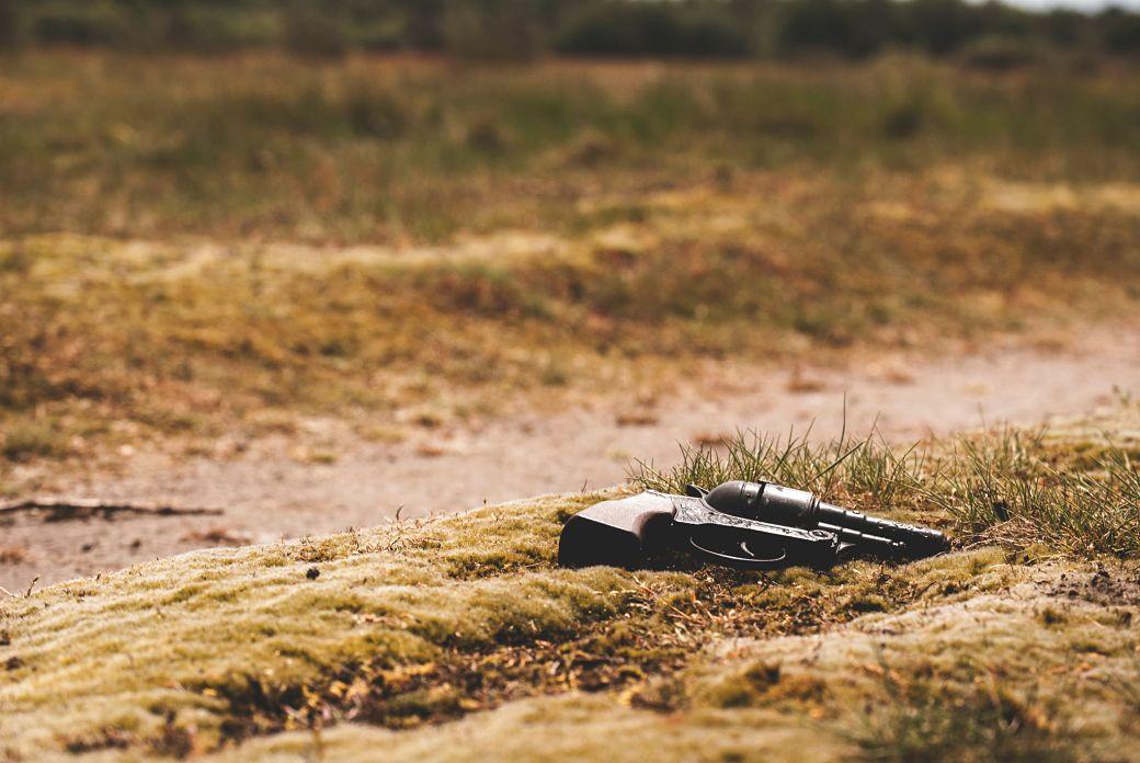 Pistola tirada en un camino