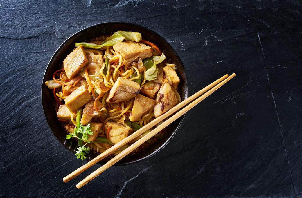 Plato de yakisoba con pollo