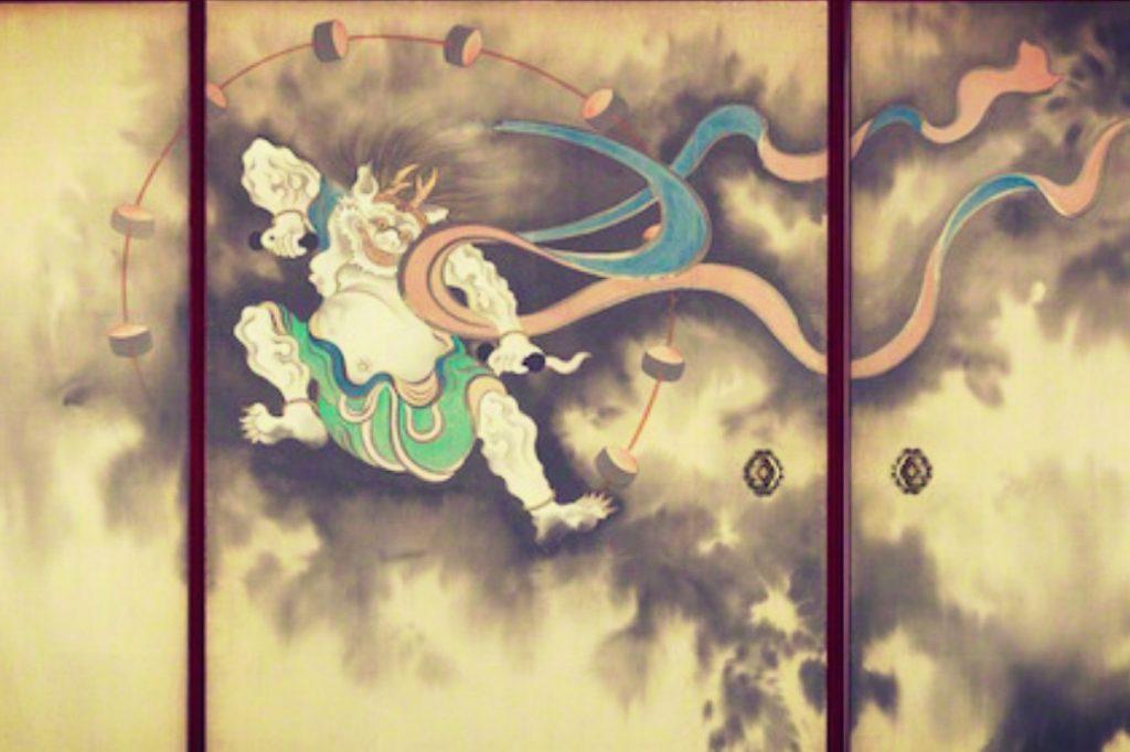 Demonio japonés pintado en puertas