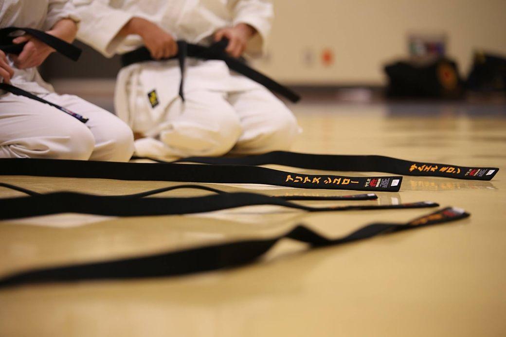 artes marciales japonesas alumnos practicando karate