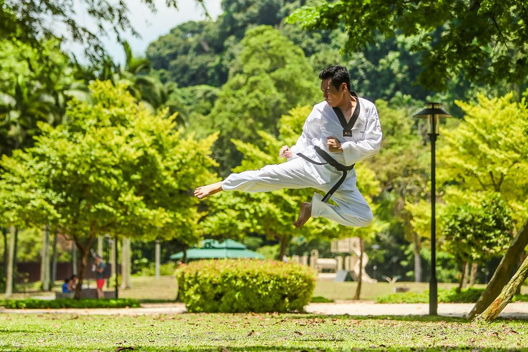 hombre practicando Kung Fu