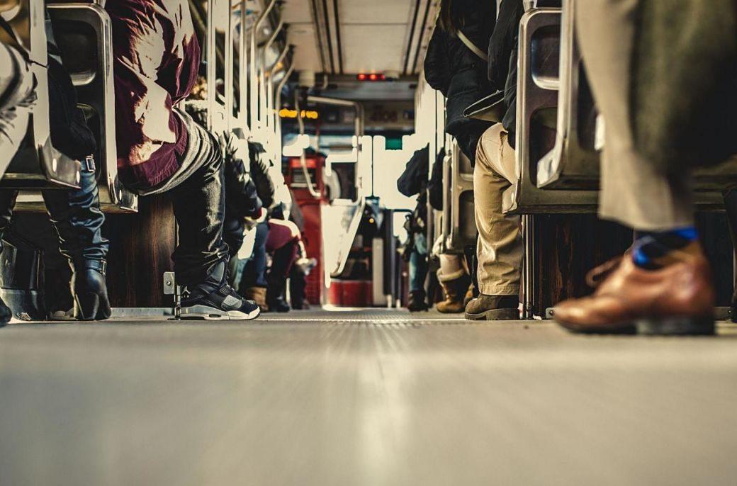 Autobús lleno de pasajeros se ven los pies