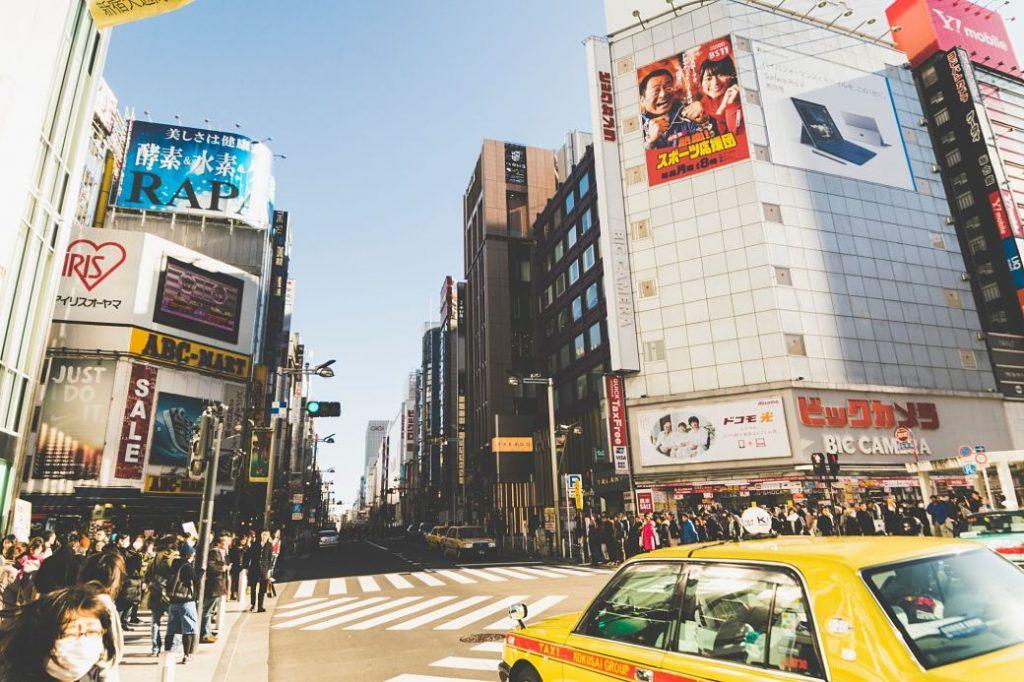 cudad japonesa con edificios y taxi