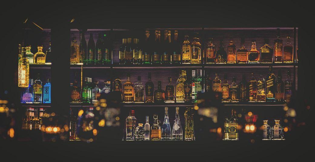 Bebidas alcohólicas en estantería de bar