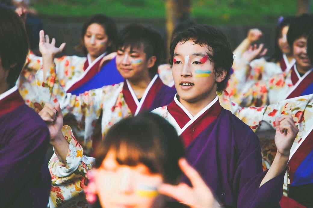 Festividades japonesas chico vestido con kimono
