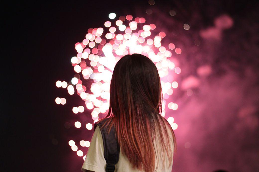 Chica fuegos artificiales
