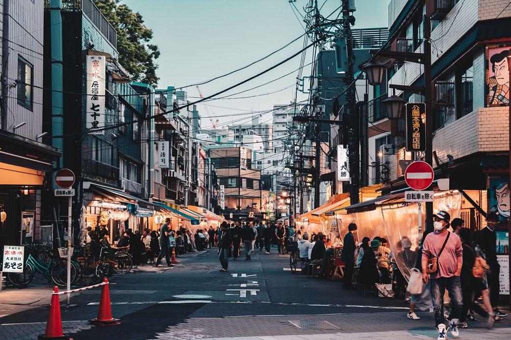 Jóvenes japoneses disfrutando de las terrazas
