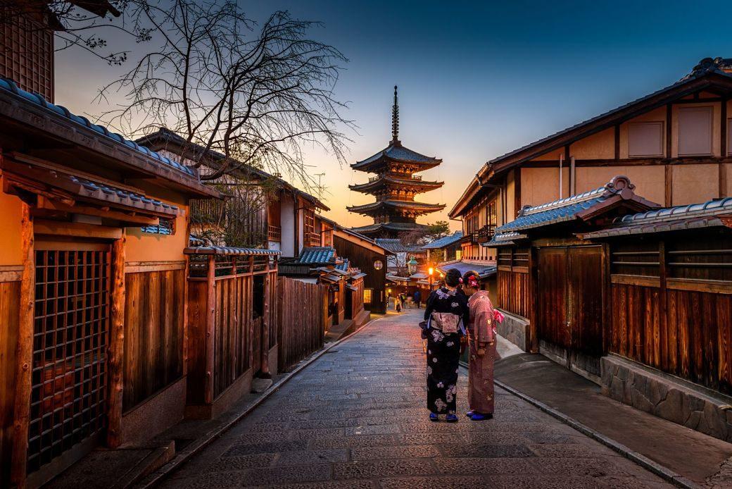 Barrio de Gion, Kioto, con pagoda de fondo