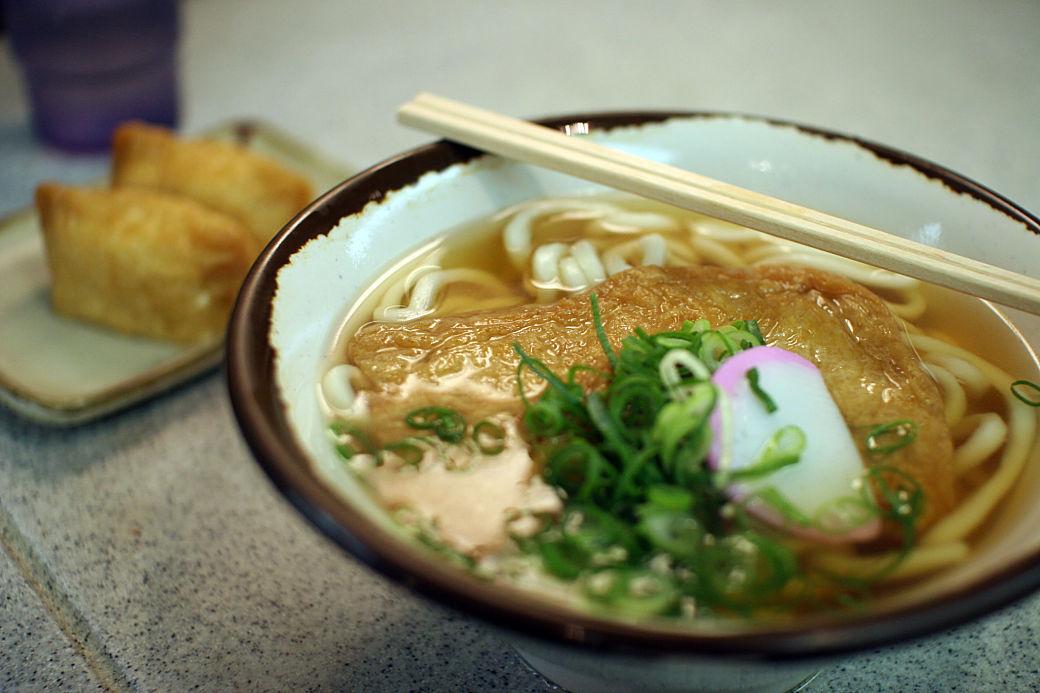 Kitsune-udon plato de ramen con fideos udon