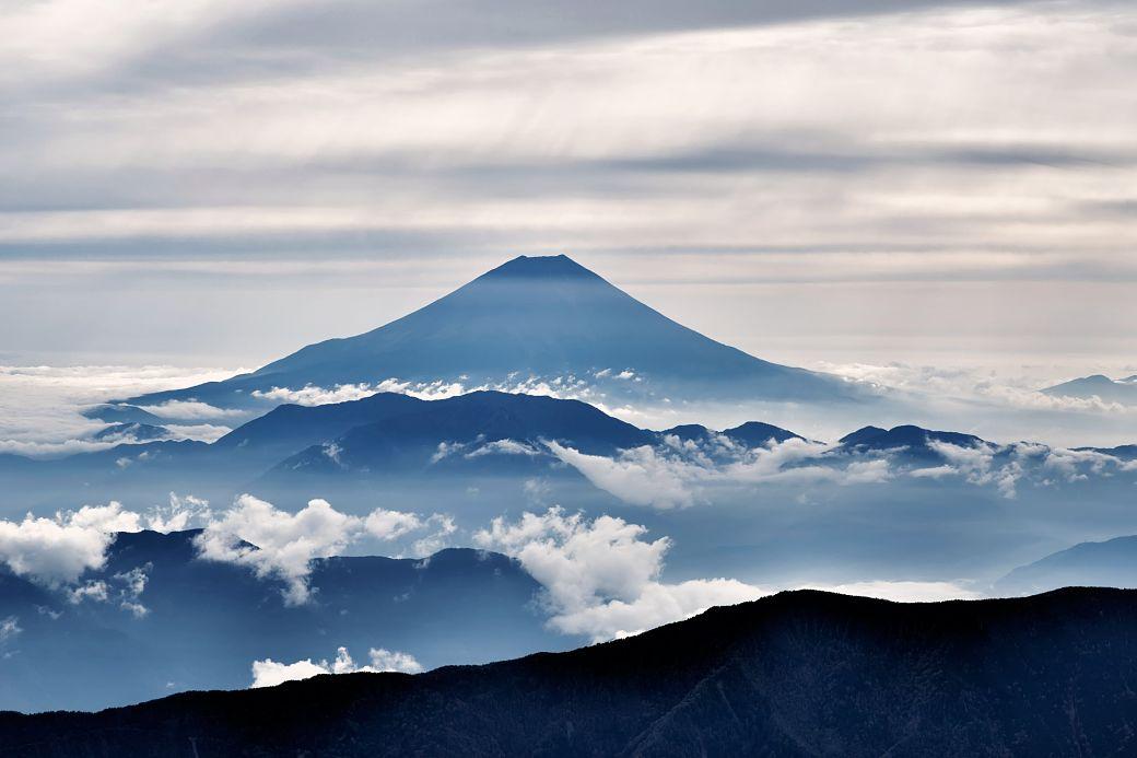 Monte Fuji cubierto de nubes y niebla