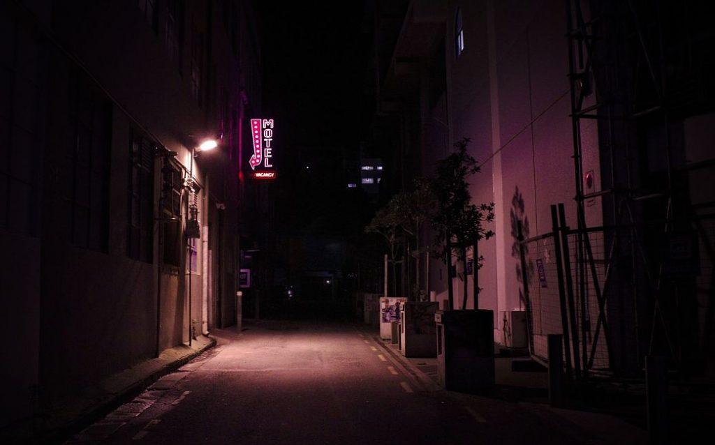 Motel en calle oscura
