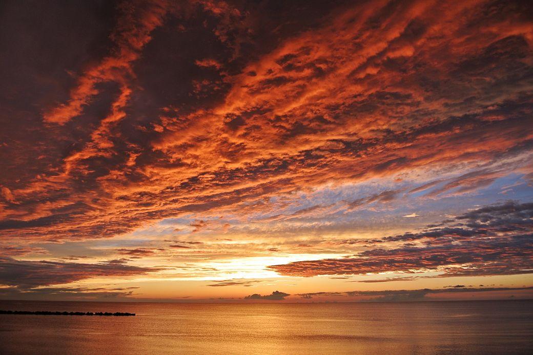 Paisaje Japón cielo de nubes rojizas