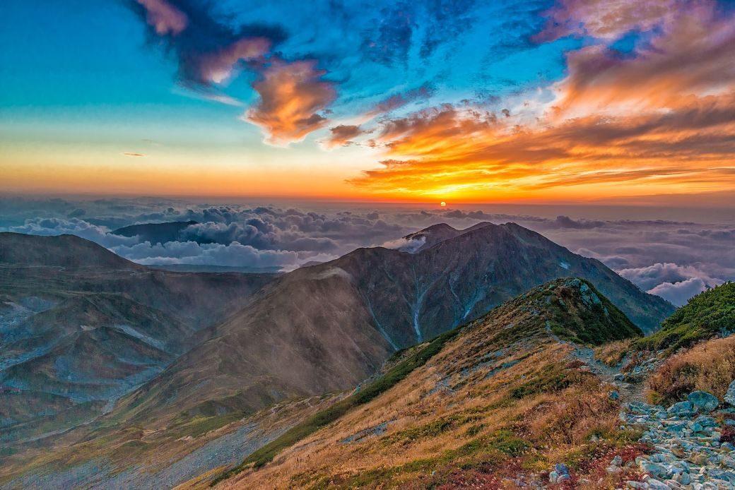 Paisaje de nubes de colores en Japón