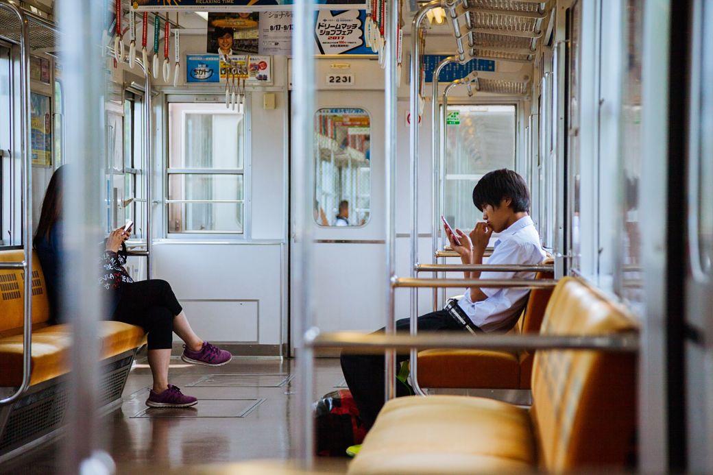 Dos personas en un tren japonés