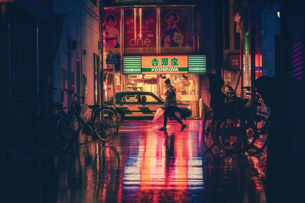 Calle de Japón por la noche lloviendo