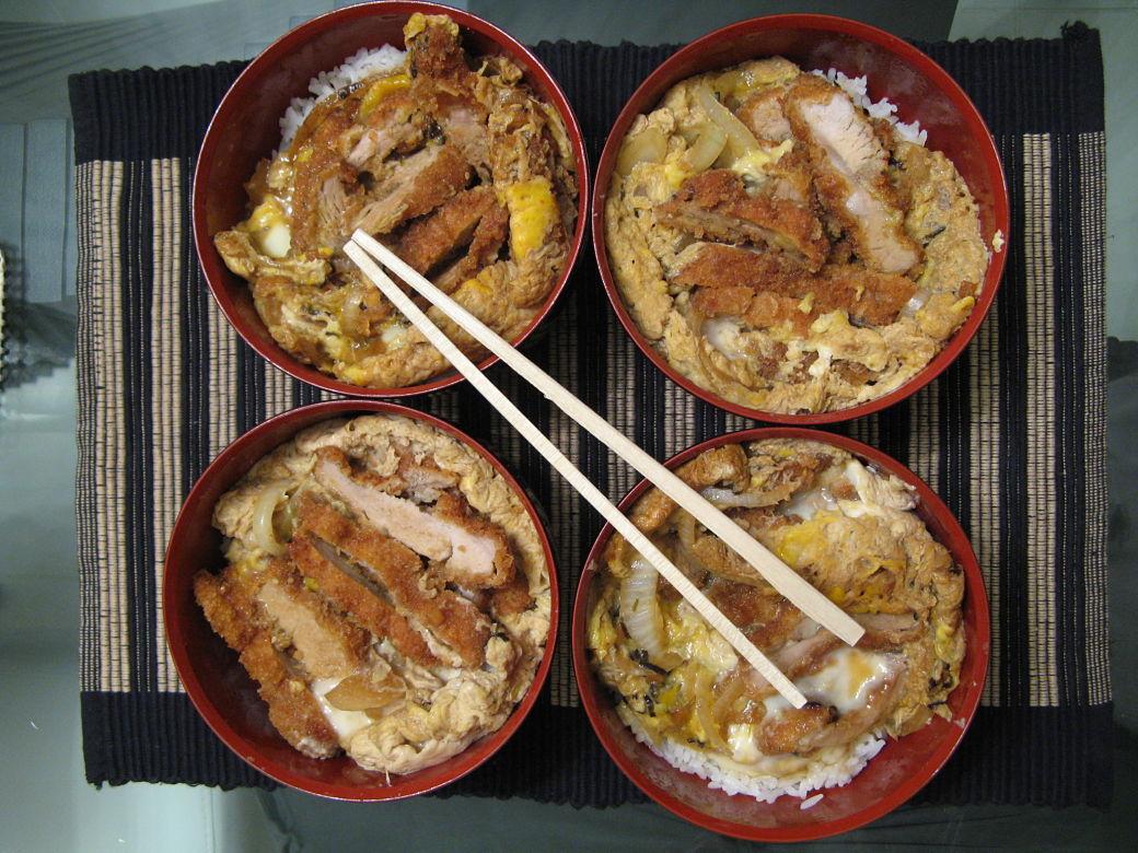 Cuatro boles de Katsudon, receta japonesa