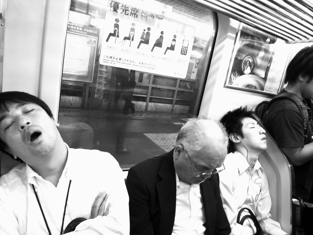 Japoneses durmiendo en el metro