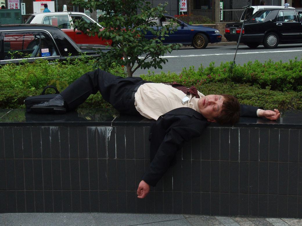 Dormir en público como los japoneses