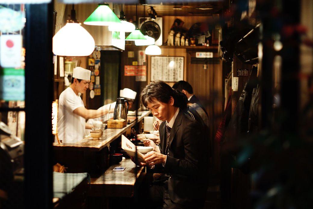 Salaryman en un restaurante en Tokyo