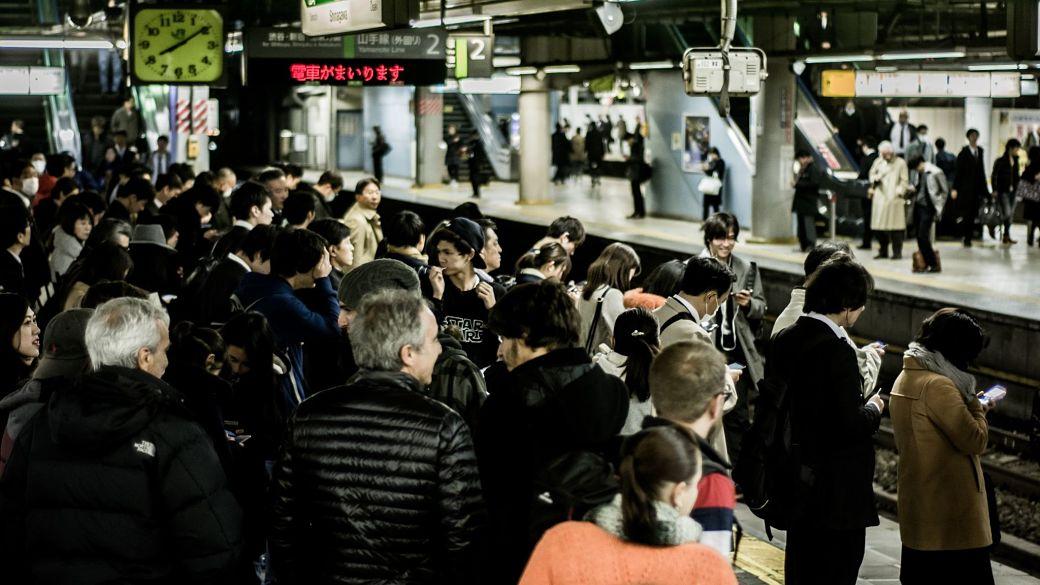 Salaryman japonés esperando el tren