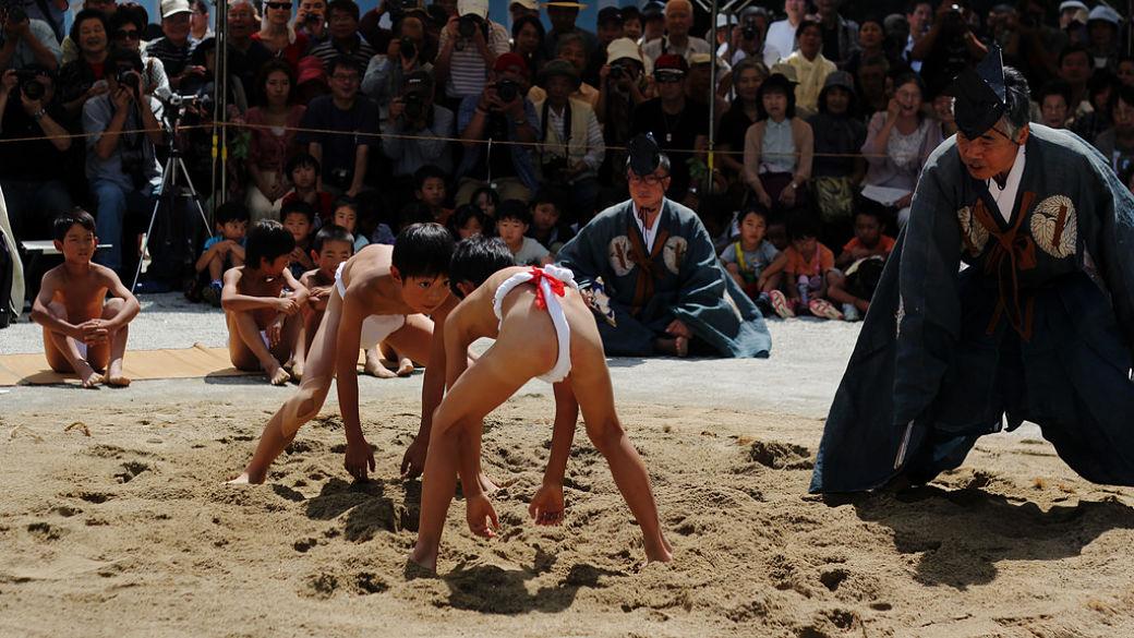 Niños practicando sumo