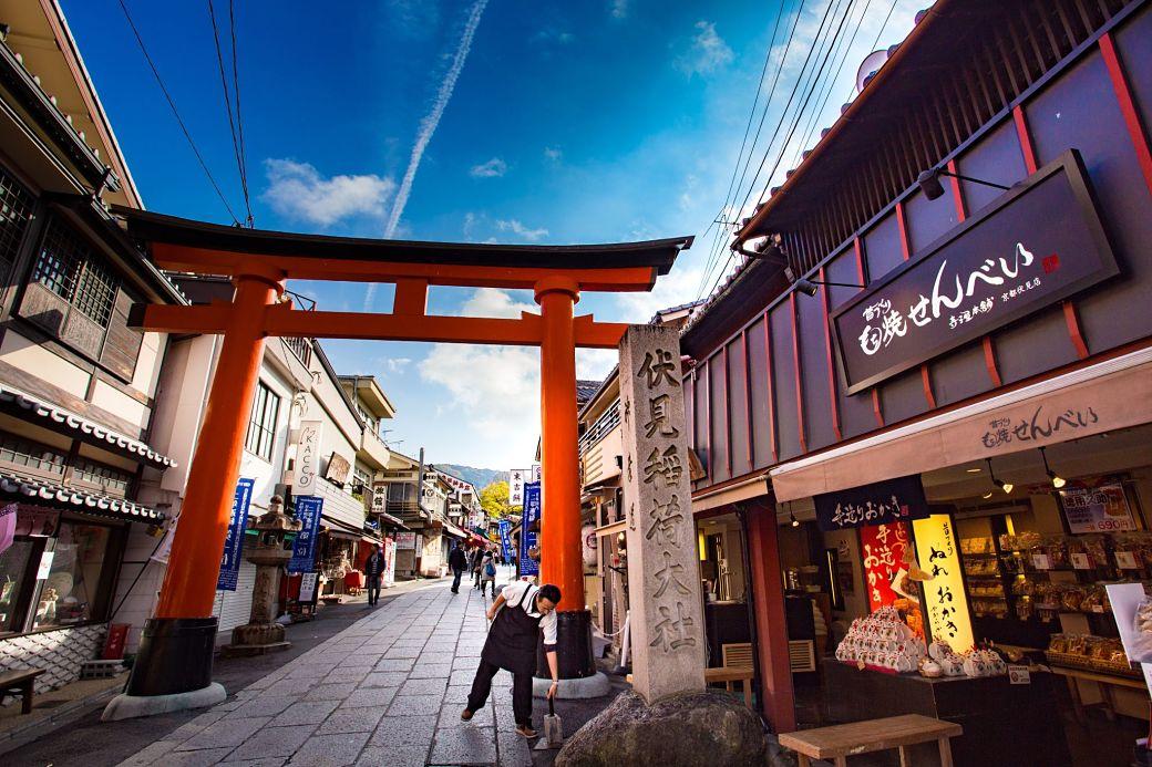 Torii en un pueblo de Japón
