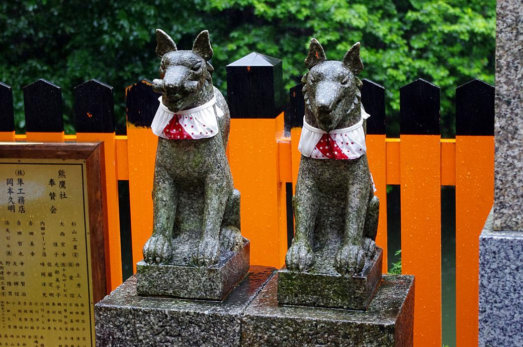 Estatuas kitsune en santuario Fushimi Inari, Japón