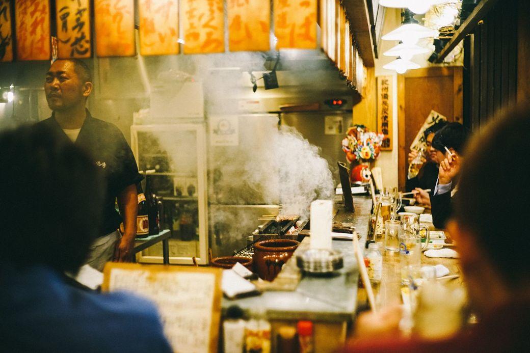 Japoneses comiendo en un izakaya