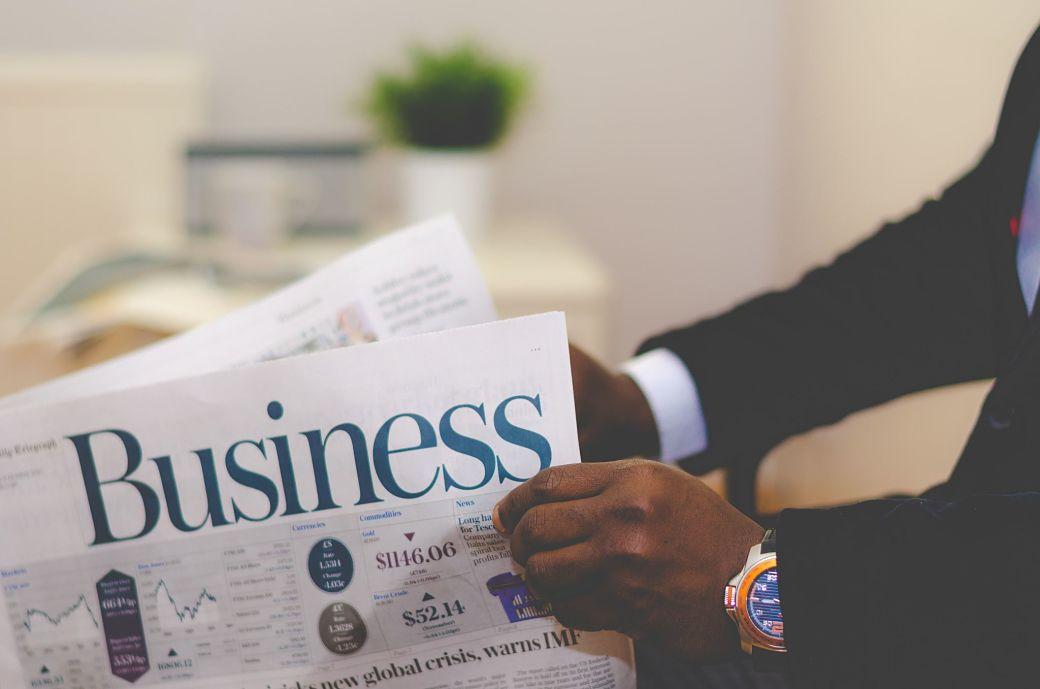 Negocios, periódico con titular Business