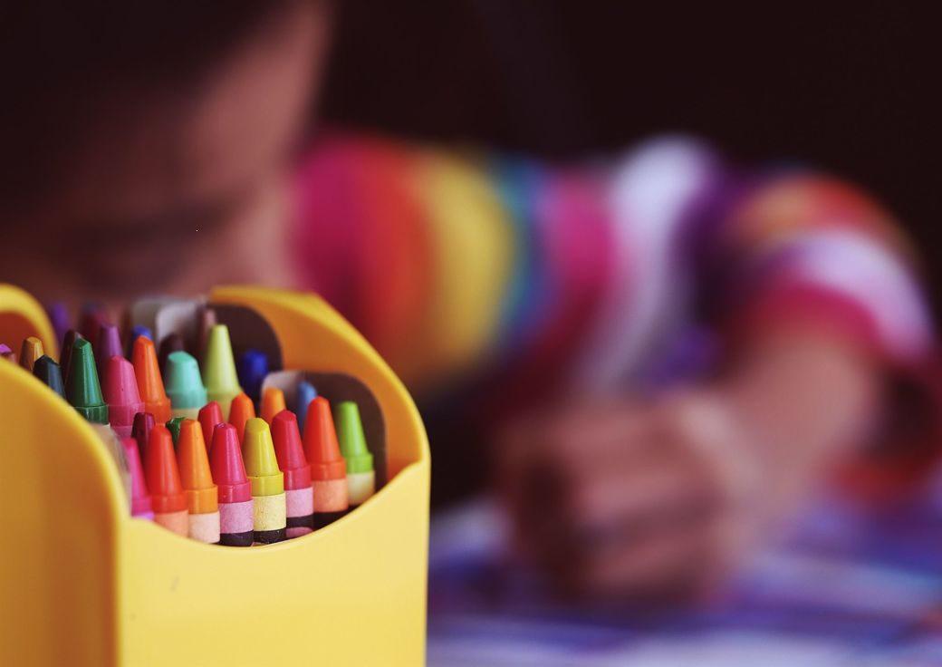 Niño coloreando con estuche de colores