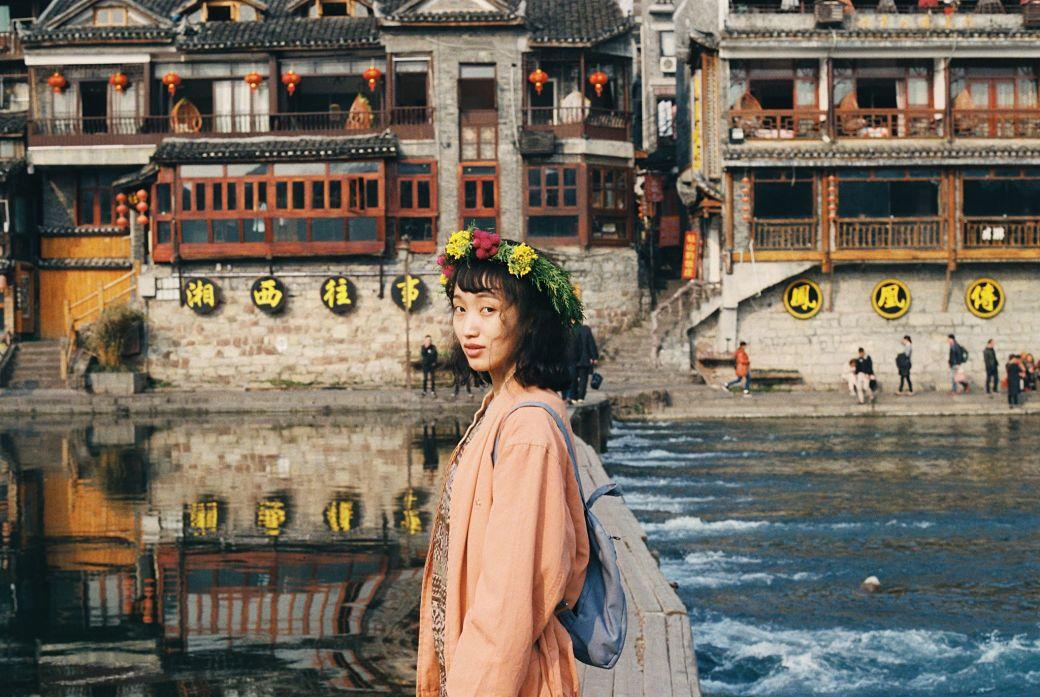 Chica china en frente de un río