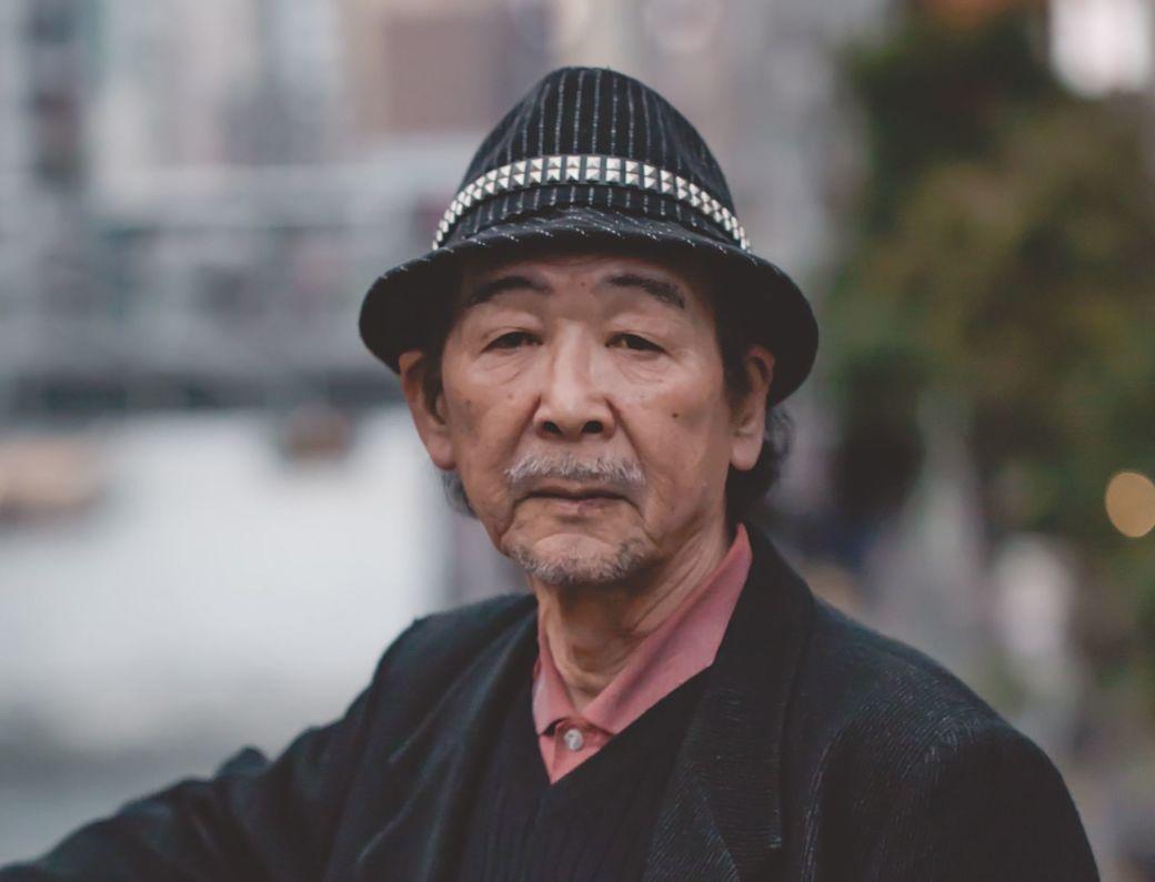 Diferenciar japoneses. Señor japonés con sombrero