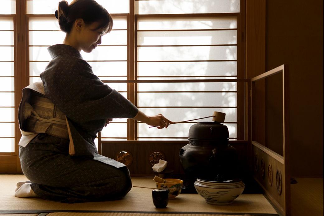 Mujer japonesa realizando el ritual de la ceremonia del té