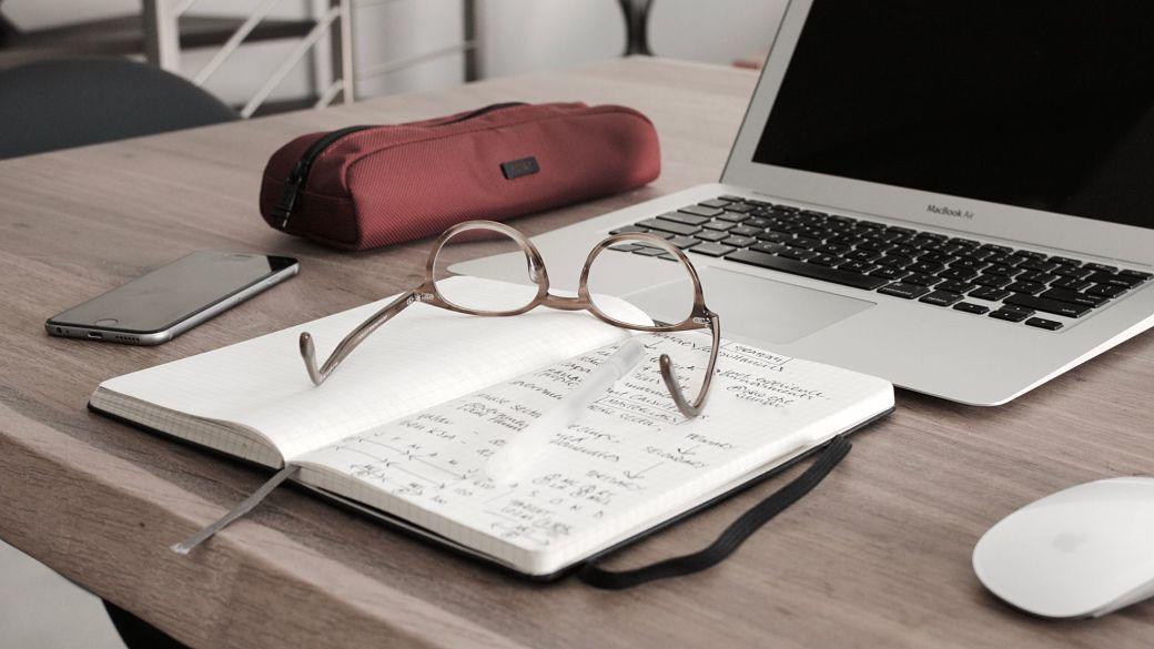 Portátil, gafas, estuche para estudiar