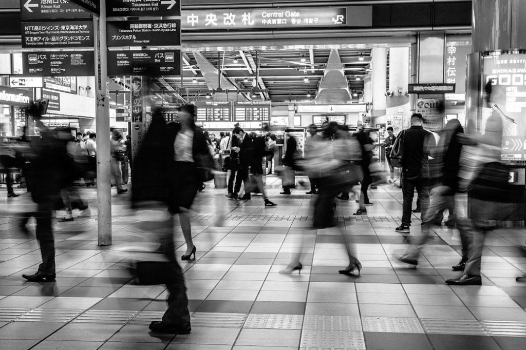 Foto blanco y negro de personas en la estación de Shinjuku