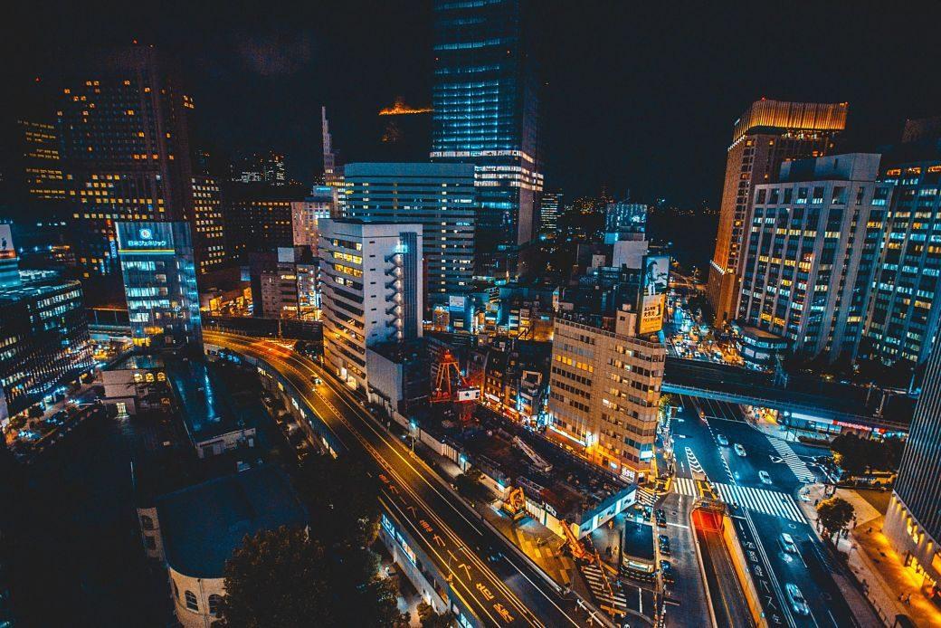 Edificios de noche en Tokio