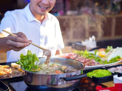 Hombre cocinando shabu-shabu, receta japonesa