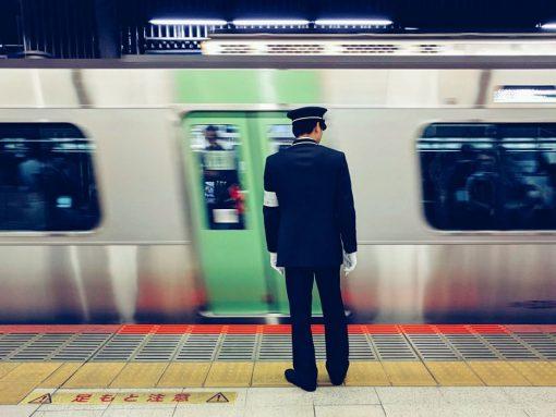 Revisor de metro en la estación de Shibuya, Tokio