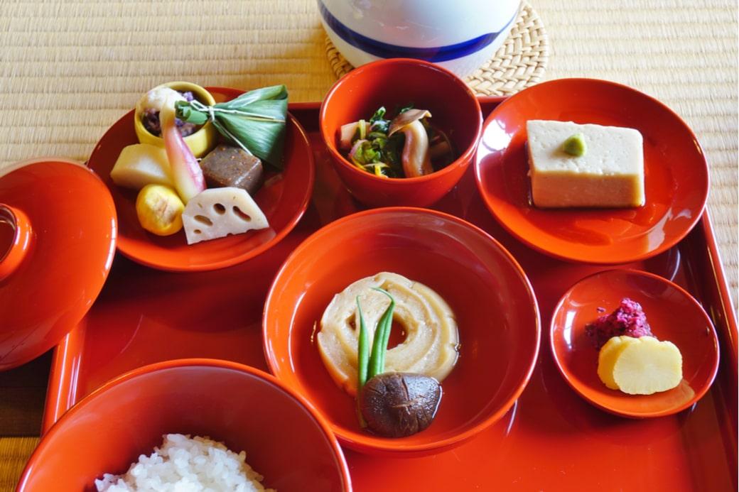 Distintos platillos de cocina vegetariana en Japón
