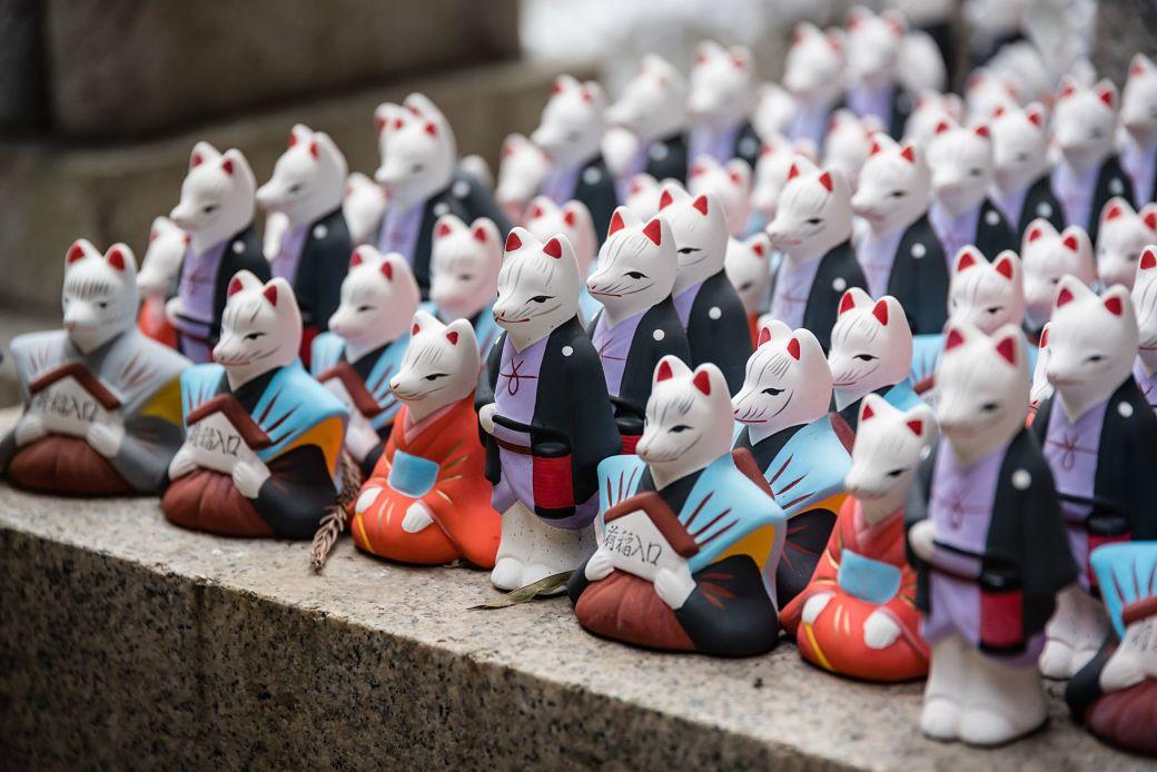 Muñecos kitsune o zorros en Japón