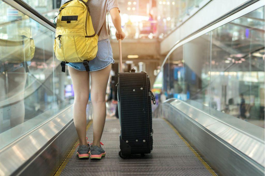 Chica con maletas en aeropuerto