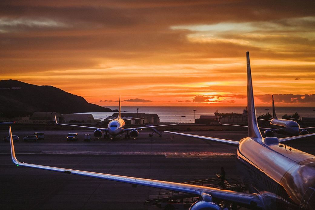 Aviones en la pista de aterrizaje durante el amanecer
