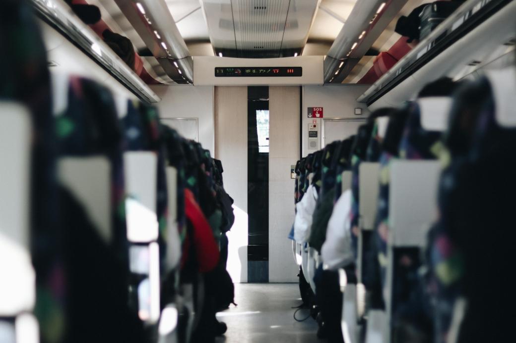 Interior de un tren bala Shinkansen en Japón