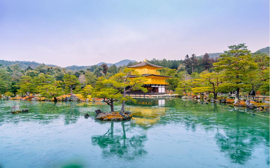 Jardines y estanque del templo dorado Kinkakuji