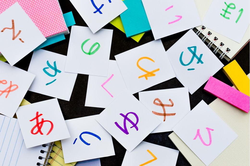 Syllabes hiragana écrites sur des cartons