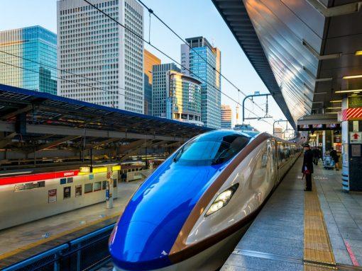 Modelo Shinkansen parado en estación japonesa