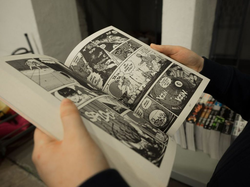 Persona leyendo un tomo manga